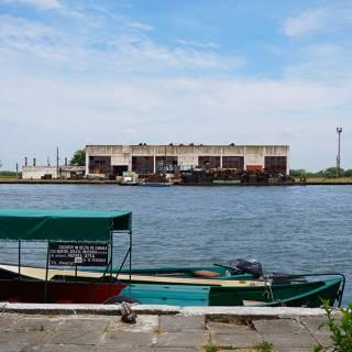 Excursie in Delta Dunarii - cladire abandonata si fier vechi
