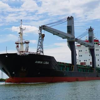 Excursie in Delta Dunarii - vas comercial gigantic pe canalul Sulina