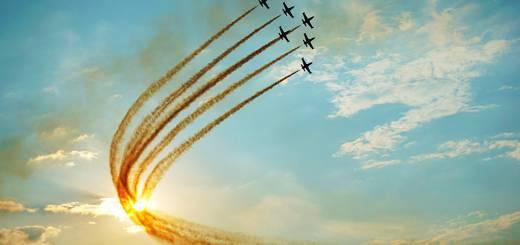 BIAS 2015 miting aviatic - Baltic Bees formatie cu fum care iese din soare