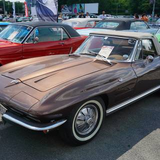 Retro American Muscle Cars - Chevrolet Corvette maro decapotabil