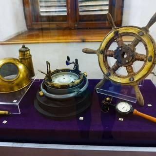 Excursie in Delta Dunarii - Instrumente navigatie in muzeul farului vechi