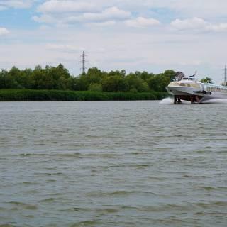 Excursie in Delta Dunarii - Varca de transport pasageri care se ridica pe apa